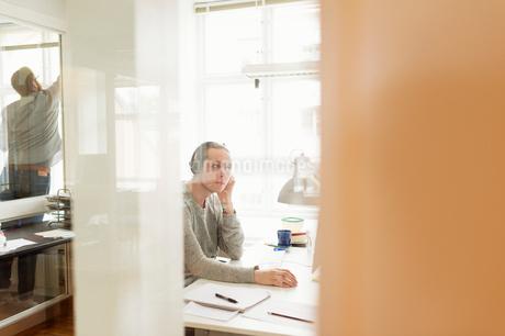 Sweden, Young men working in officeの写真素材 [FYI02209122]