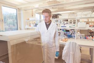 Man working in lab in Swedenの写真素材 [FYI02209136]