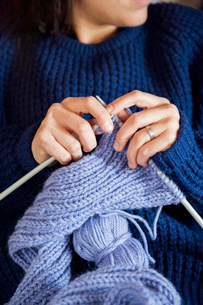 Young woman knitting in Swedenの写真素材 [FYI02209145]