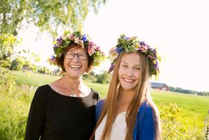 Girl and her grandmother wearing midsummer crowns in Kallandso, Swedenの写真素材 [FYI02209154]