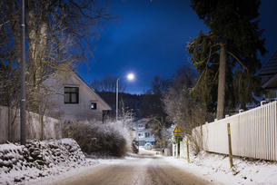 Frosty street at night in Pirkanmaa, Finlandの写真素材 [FYI02209187]