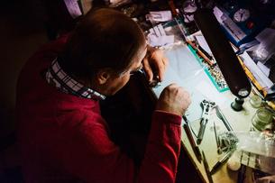 Man repairing watch in workshop in Swedenの写真素材 [FYI02209199]