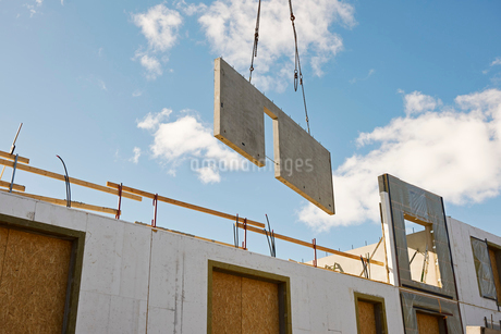 Industrial cranes lifting a wall on a construction site in Krista, Swedenの写真素材 [FYI02209205]