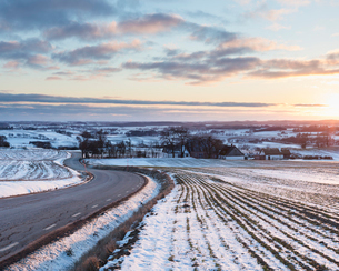 Rural road during winter in Skane, Swedenの写真素材 [FYI02209209]
