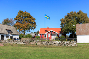 Flag outside a house in Oland, Swedenの写真素材 [FYI02209211]
