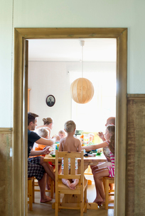 Family at dining table in Swedenの写真素材 [FYI02209223]