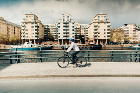 Man bicycling on street in Stockholm, Swedenの写真素材 [FYI02209251]