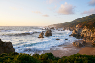 Waves by beach in Big Sur, USAの写真素材 [FYI02209257]