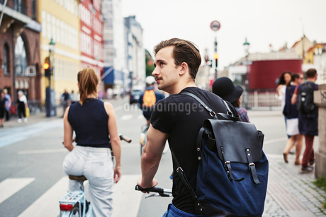 Young man riding a bicycle in Copenhagen, Denmarkの写真素材 [FYI02209264]