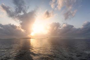 Sunset over sea at Diani Beach, Kenyaの写真素材 [FYI02209270]