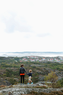 Mother and son standing on a cliffの写真素材 [FYI02209285]