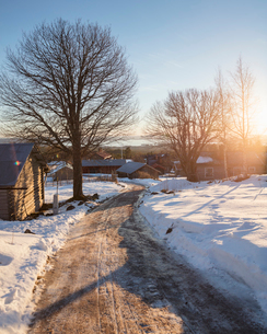 Sunrise over houses in Dalarna, Sweden during winterの写真素材 [FYI02209291]