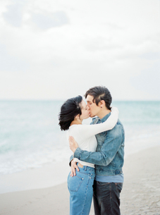 Spain, Valencia, Couple embracing and kissing on beachの写真素材 [FYI02209328]