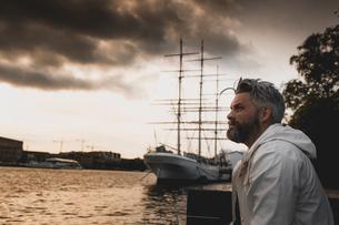 Man at harbor in Stockholm, Swedenの写真素材 [FYI02209329]