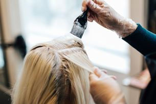 Clients hair being lightened at hairdresser in Swedenの写真素材 [FYI02209334]