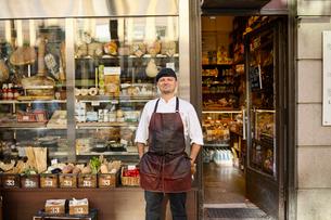 Sweden, Man in apron standing in front of storeの写真素材 [FYI02209348]