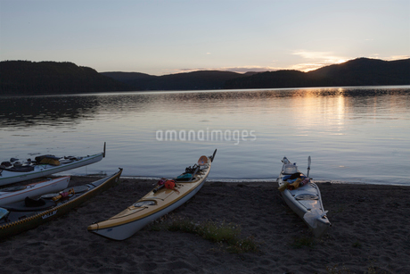 Kayaks beside river in High Coast, Swedenの写真素材 [FYI02209411]