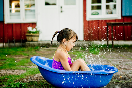 Girl in paddling poolの写真素材 [FYI02209425]