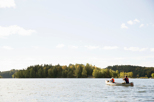 Man in canoe with his daughter in Delsjon, Swedenの写真素材 [FYI02209441]
