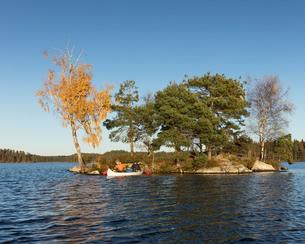 Men kayaking in Blekinge, Swedenの写真素材 [FYI02209443]