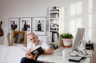 Man working from home in Swedenの写真素材 [FYI02209457]