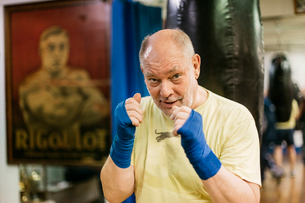 Senior man with his fists raised at boxing trainingの写真素材 [FYI02209471]
