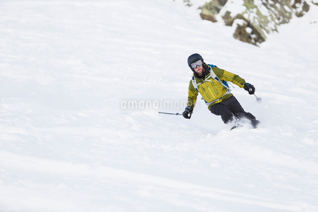 Man skiing down hill in Piedmont, Italyの写真素材 [FYI02209476]
