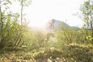 Man jogging in Kungsleden, Swedenの写真素材 [FYI02209501]