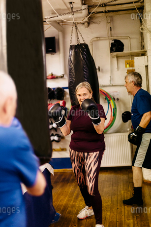 Senior woman training with a punching bagの写真素材 [FYI02209542]