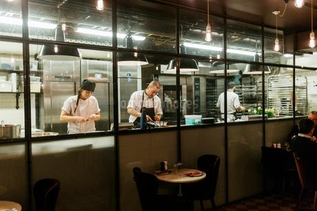 Chefs in kitchenの写真素材 [FYI02209558]