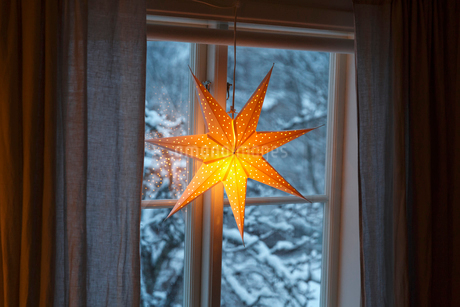 A Christmas light in a windowの写真素材 [FYI02209584]