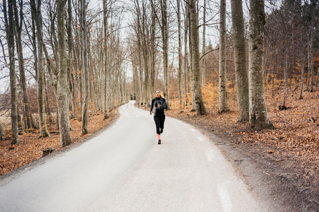 Young woman running on rural road in Sodermanland, Swedenの写真素材 [FYI02209593]