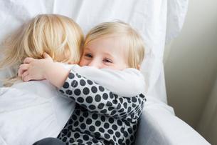 Two girls huggingの写真素材 [FYI02209598]