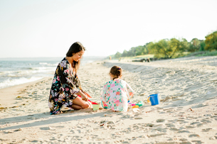 Mother and daughter on beach in Friseboda, Swedenの写真素材 [FYI02209616]