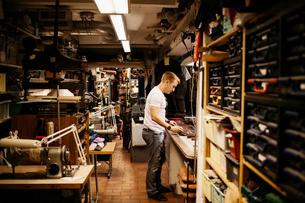 Man in leather workshopの写真素材 [FYI02209628]