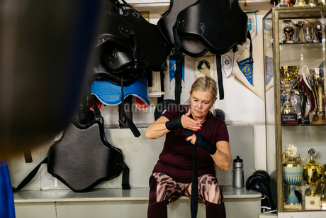 Senior woman preparing for boxing trainingの写真素材 [FYI02209629]
