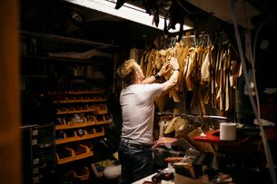 Man in leather workshopの写真素材 [FYI02209632]
