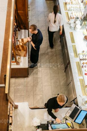 Workers in bakery in Swedenの写真素材 [FYI02209690]