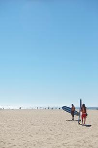 USA, California, Huntington Beach, Two men going surfingの写真素材 [FYI02209695]