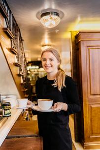 Waitress at bakery in Swedenの写真素材 [FYI02209698]