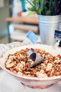 Bowl of nuts and dried bananasの写真素材 [FYI02209715]