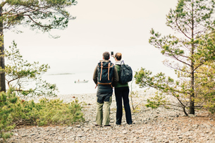 Rear view of hiking couple with smart phone in Sodermanland, Swedenの写真素材 [FYI02209725]
