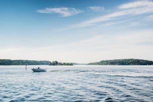 Sweden, Stockholm Archipelago, Uppland, Vaxholm, Boat with national flagの写真素材 [FYI02209755]