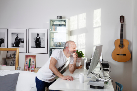 Man working from home in Swedenの写真素材 [FYI02209767]