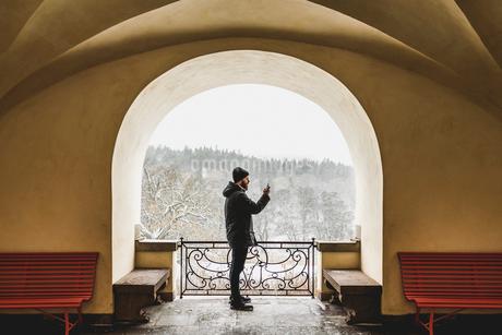Man on balcony in Sodermanlad, Swedenの写真素材 [FYI02209772]