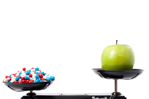 An apple and a lot of pills on weight scaleの写真素材 [FYI02209774]