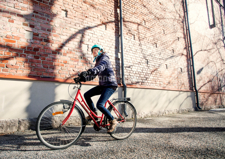 Mid adult woman riding a bicycle in Lahti, Finlandの写真素材 [FYI02209808]