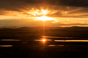 Sunset over mountains in Tavvavouma, Swedenの写真素材 [FYI02209857]