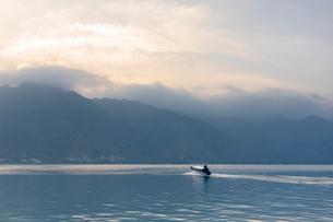 Fishing boat on Lake Atitilan in Guatemalaの写真素材 [FYI02209861]