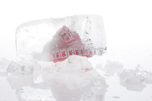 Ice and tape measureの写真素材 [FYI02209871]